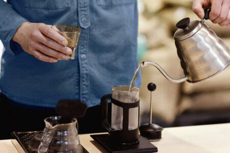 دم آوری قهوه با ابزار فرنچ پرس